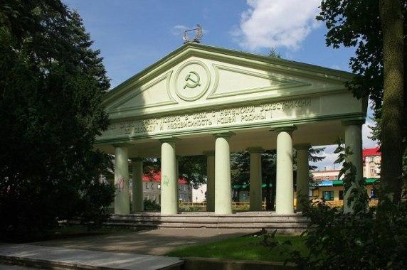 mauzoleum-c5bcoc582nierzy-radzieckich-w-trzciance-zburzone-8-wrzec59bnia-2017-roku